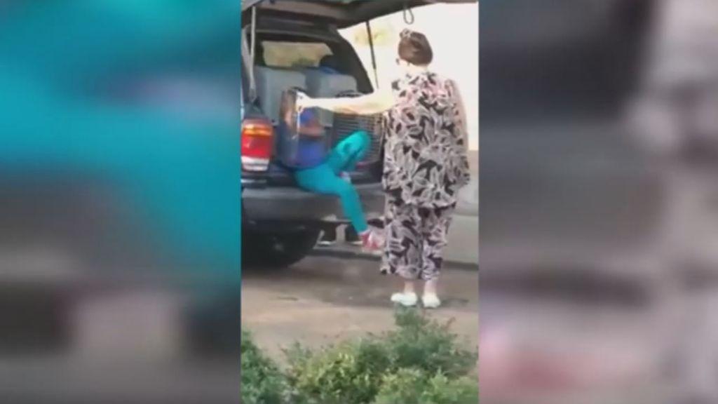 Detenida por transportar a dos nenas en jaula para animales