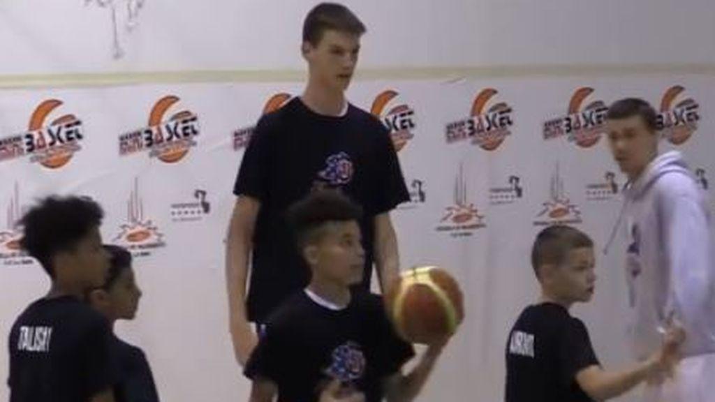 Un 'rascacielos' de 12 años: Olivier Rioux, el niño de 2,13m que 'asusta' a sus rivales