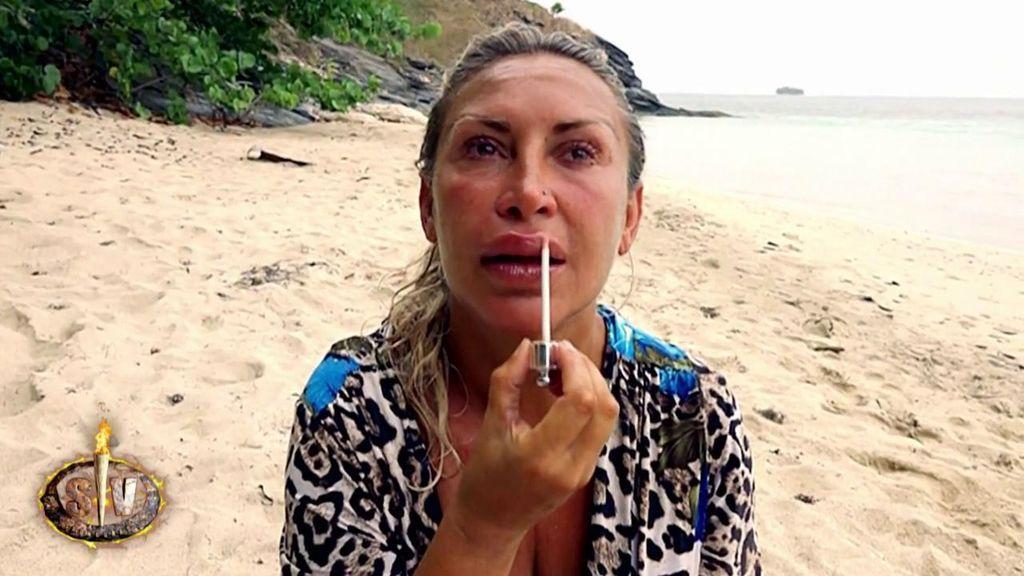 Raquel se acicala nada más abrir su maleta y se derrumba con la carta de sus padres
