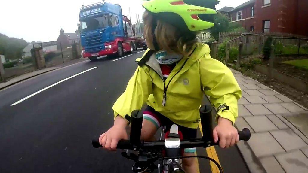 Resultado de imagen de Un camión adelanta a una niña de cuatro años que va en bici y la pequeña responde de forma épica