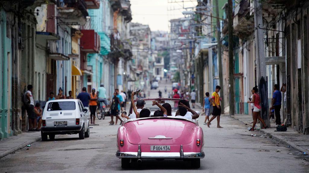 Turistas en un coche de época en La Habana