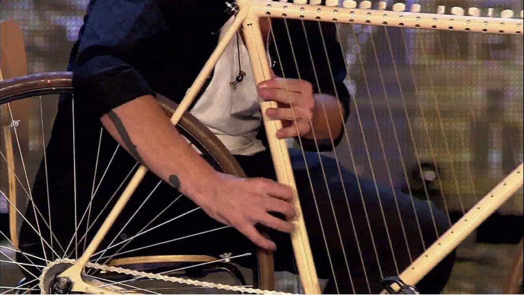 Roberto Herruzo cautiva al jurado con la música de su 'bicicleta'
