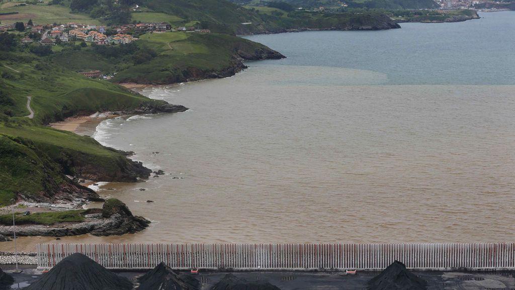 Preocupación en Gijón ante la enorme mancha marrón que cubre la playa de San Lorenzo