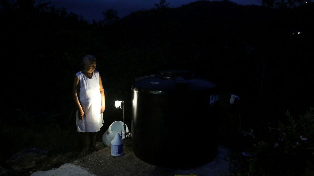 Una anciana busca avituallamiento tras el huracán María