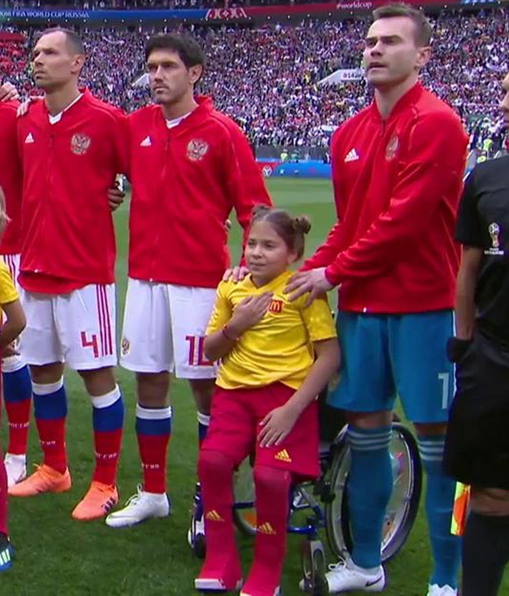 El increíble esfuerzo de una niña en silla de ruedas que salió con el capitán ruso y se puso de pie para escuchar su himno