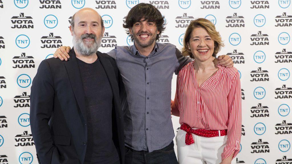 Javier Cámara, Diego San José y María Pujalte, durante la presentación del rodaje de la serie 'Vota Juan' el 14 de junio de 2018.