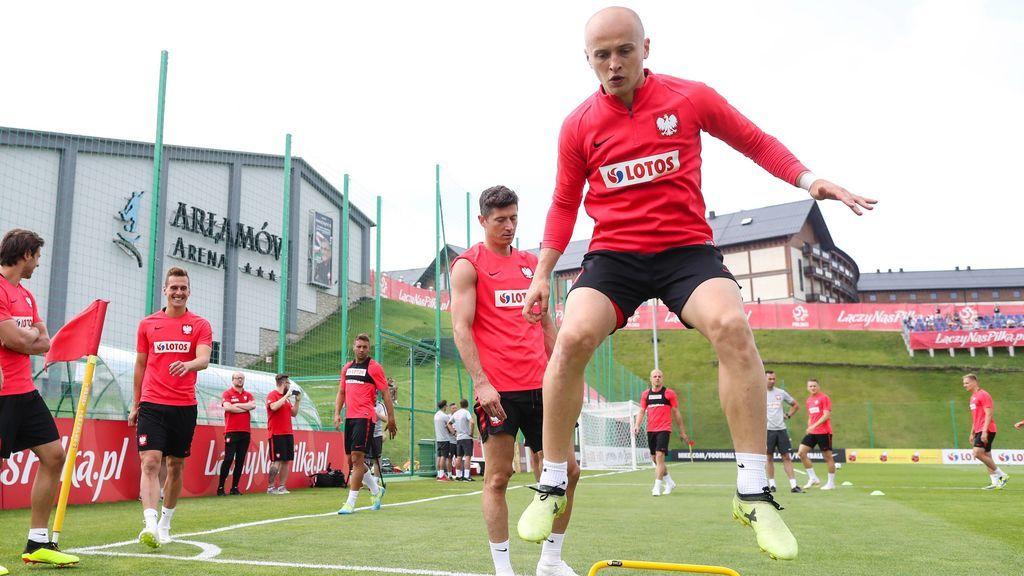 Los increíbles reflejos de un futbolista polaco para evitar que un foco caiga sobre una periodista