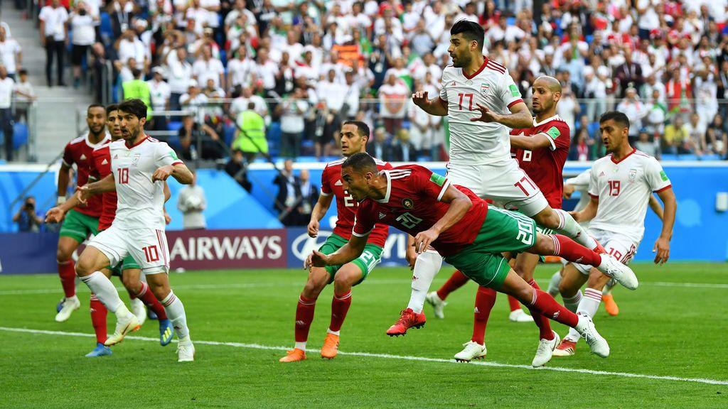 ¡Gol en propia puerta! Bouhaddouz, de Marruecos, le da la victoria a Irán (0-1)