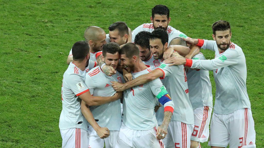Una imagen para el recuerdo: la piña de 10 jugadores de España tras el gol de Nacho