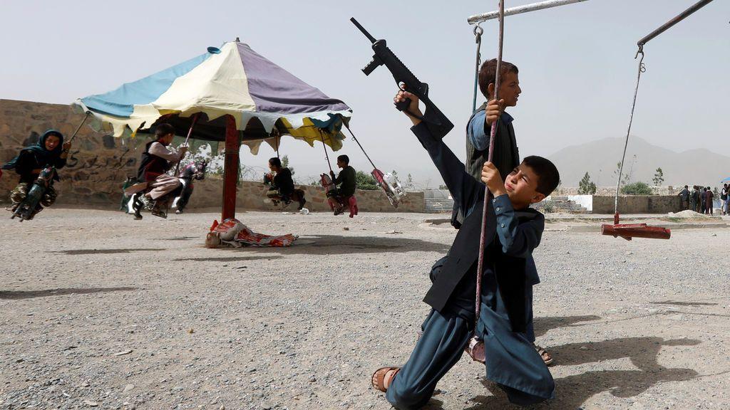 Niños con fusiles de juguete celebran el final del Ramadán