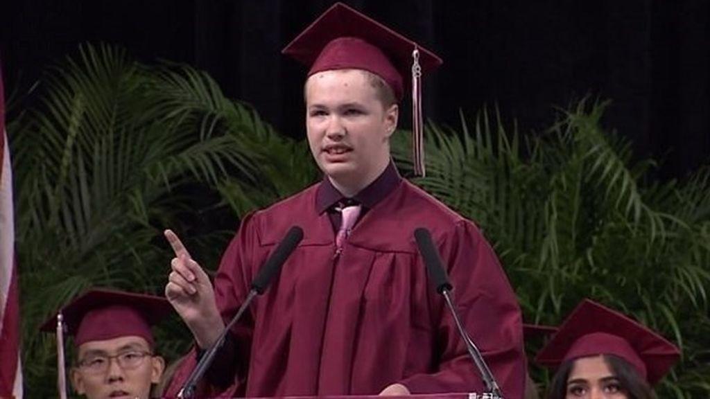 Un estudiante con autismo sorprende a los asistentes durante su discurso de graduación