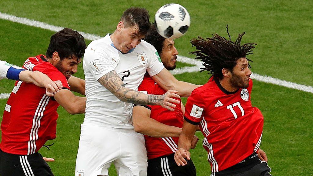 ¡En el último minuto! Giménez da la victoria a Uruguay con un espectacular cabezazo (0-1)