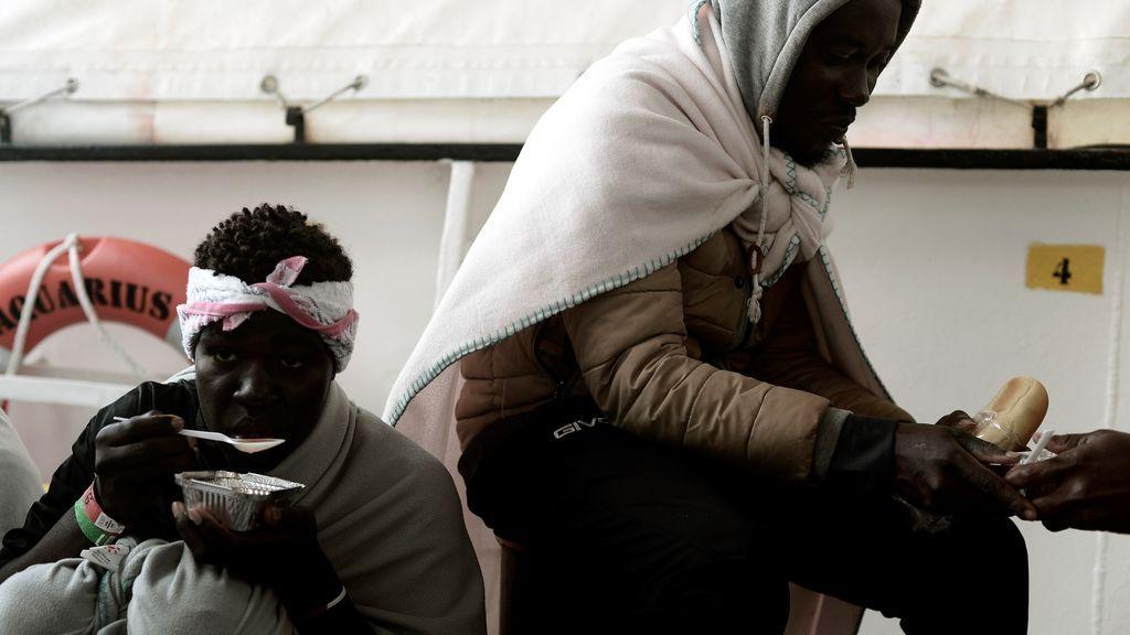 Valencia espera la llegada escalonada de los tres barcos con migrantes del Aquarius