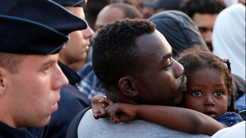 """Oxfam denuncia abusos y """"devoluciones ilegales"""" de niños en la frontera de Francia con Italia"""