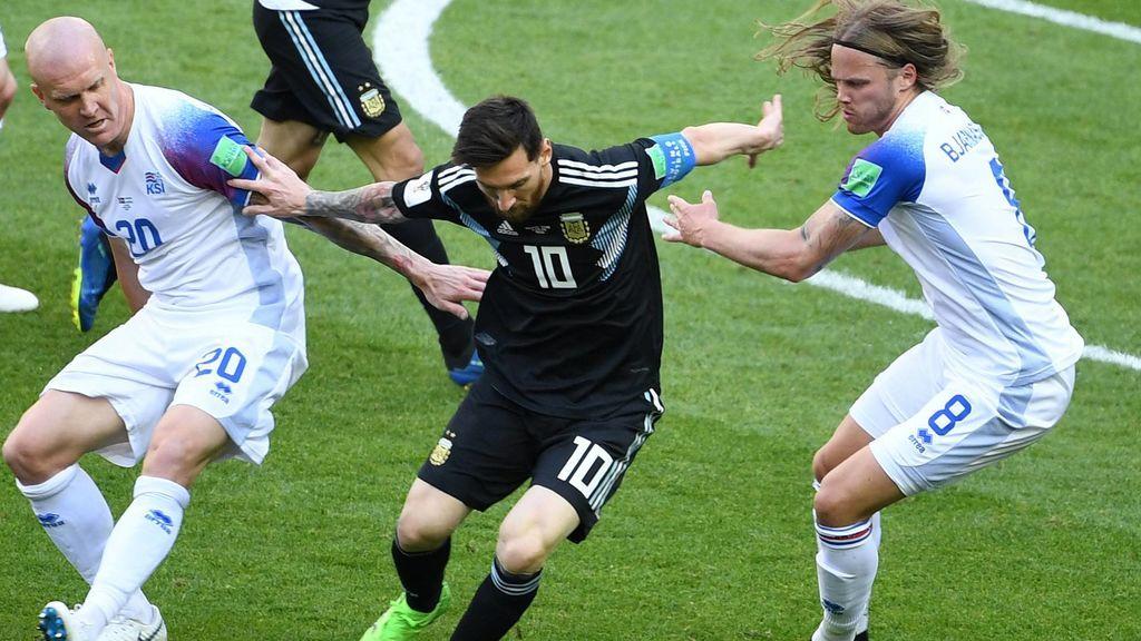 La falta de creatividad de Argentina obliga a Messi a bajar a por el balón y no pisar el área pequeña