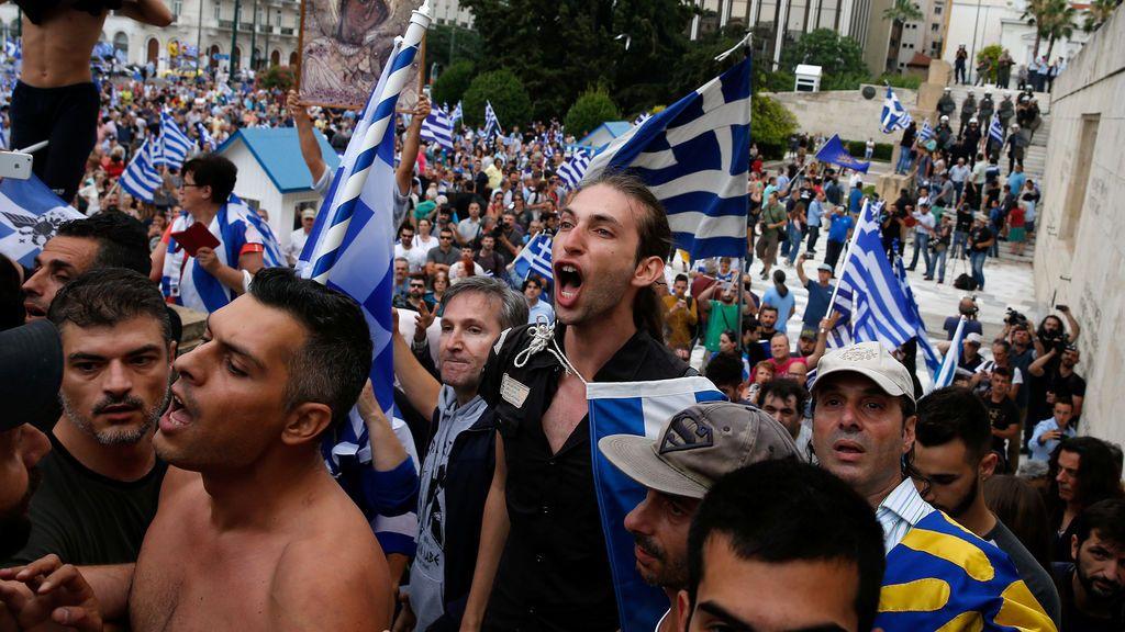 Gritos de manifestantes tras la manifestación contra el acuerdo alcanzado por Grecia y Macedonia