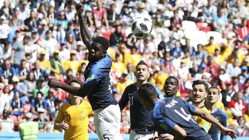 Umtiti hace un penalti con la mano y hasta el jugador del Barça se ríe con su propio meme