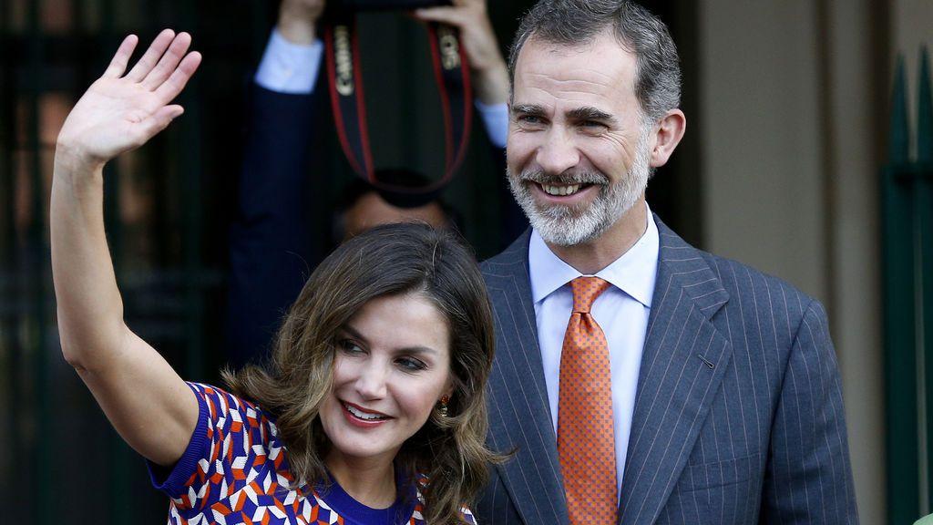 El rey Felipe VI y la reina Letizia saludan a su llegada al Cabildo en Nueva Orleans