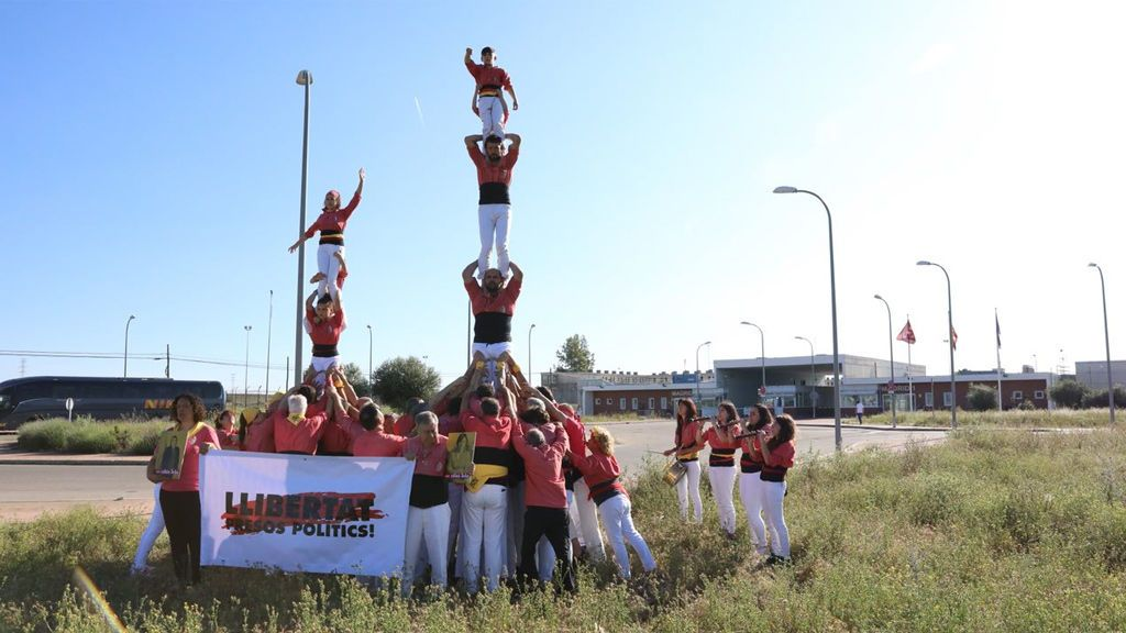 Grupos de 'castellers' reivindican la libertad de los presos soberanistas frente a las cárceles madrileñas