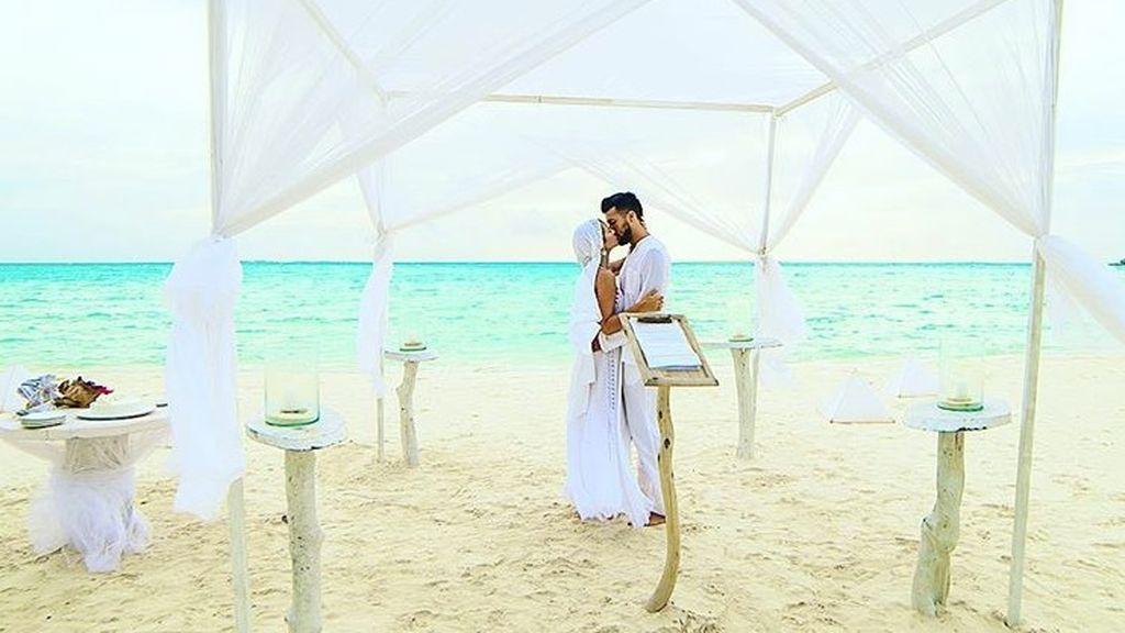 De blanco, en la playa y con sus íntimos: la reboda de Tamara Gorro