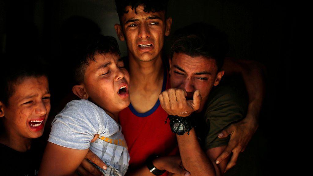 Tres jóvenes lamentan la muerte de un familiar