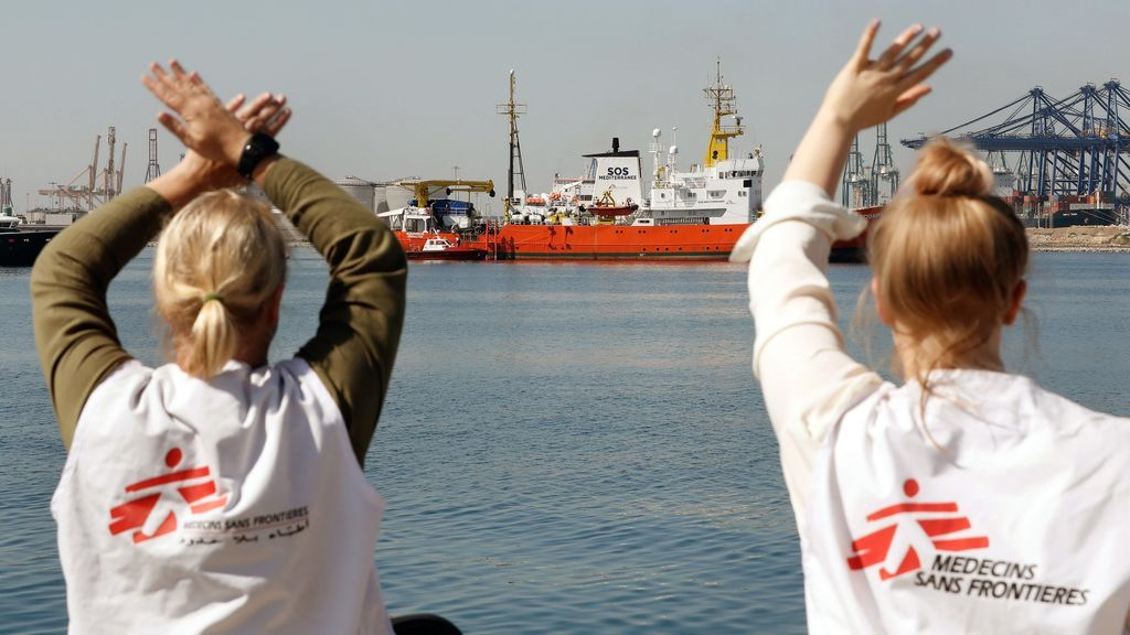 Voluntarios reciben en Valencia al Aquarius