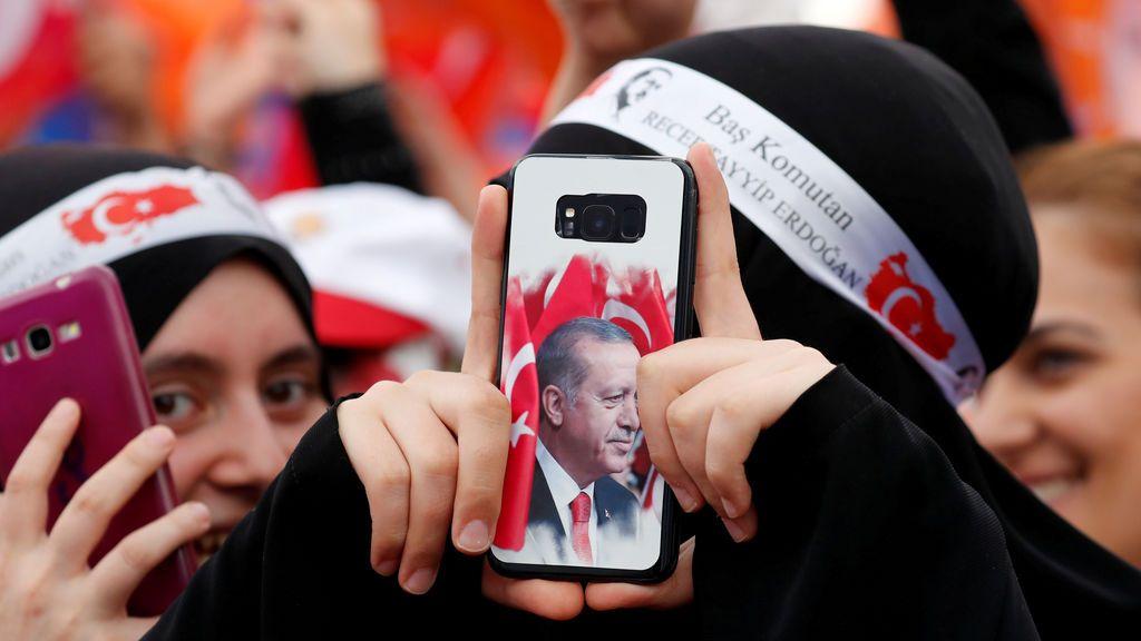 Tayyip Erdogan recibe el calor de sus seguidores