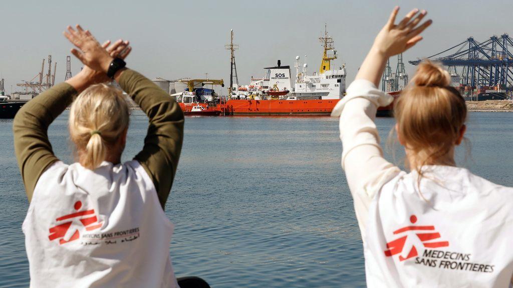 Voluntarios saludan al Aquarius a su llegada al puerto de Valencia