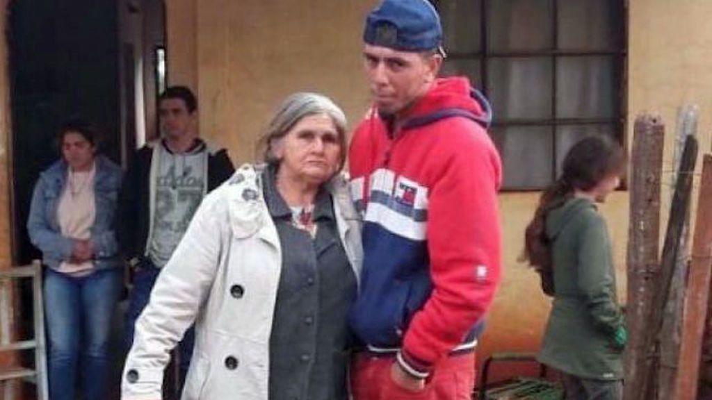 Un joven de 20 años llega a su casa de Paraguay y su familia lo estaba velando