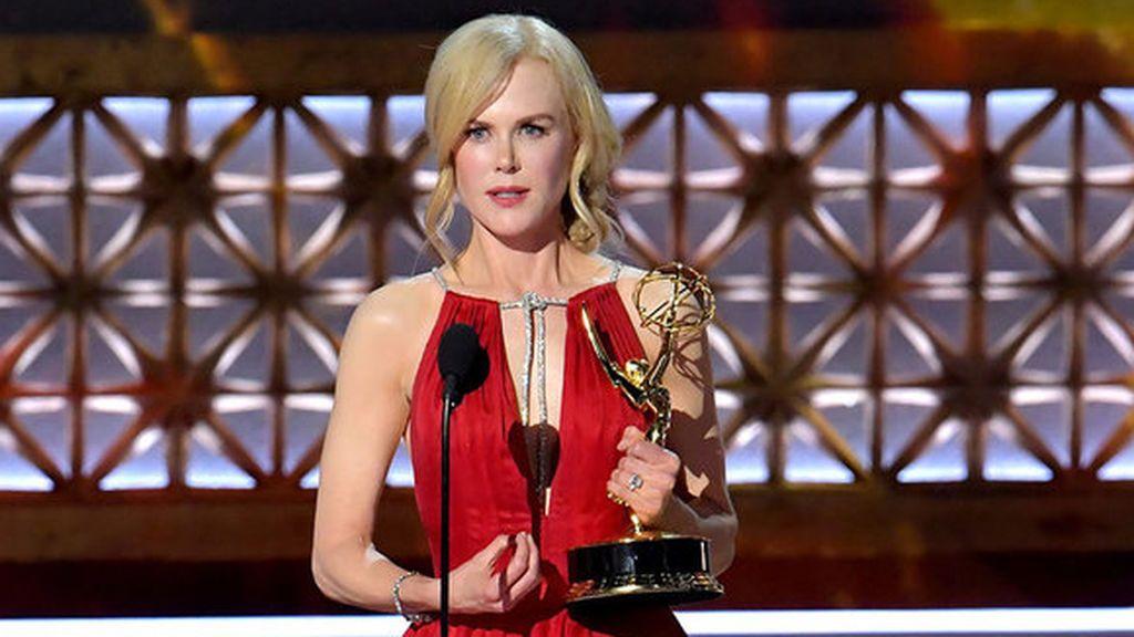 Nicole Kidman recoge el premio Emmy a mejor actriz principal en una miniserie por 'Big little lies' en 2017.