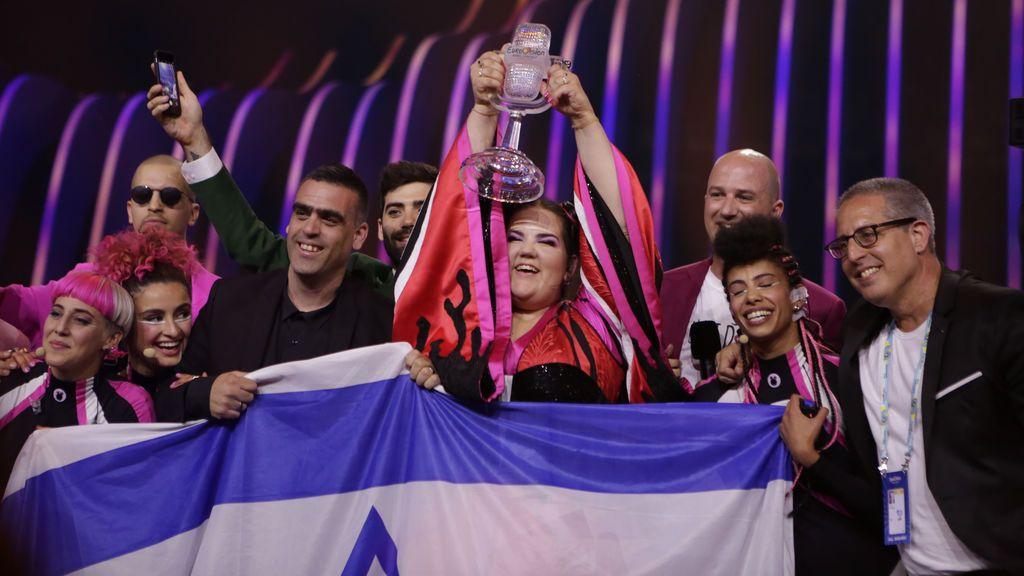 La cantante israelí Netta Barzilai con el trofeo de la victoria, en la final de Eurovisión 2018, celebrada el 12 de mayo en Lisboa.