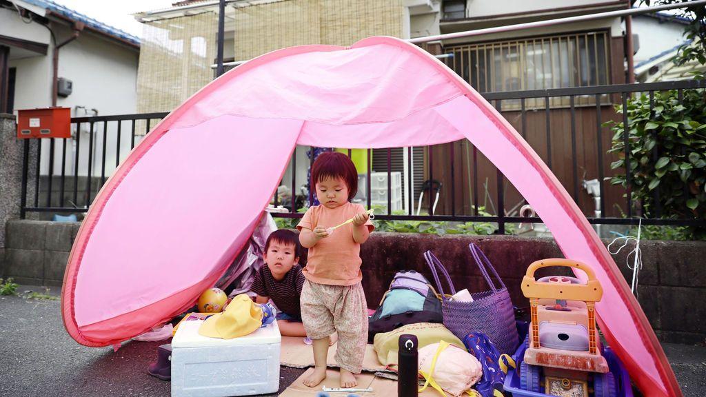 Niños evacuados después del terremoto que ha sacudido Japón