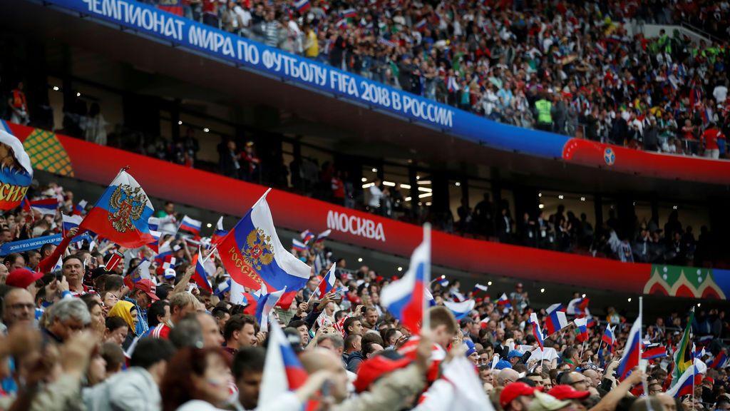 Un aficionado ruso desnudo fallece tras precipitarse desde un sexto piso: cayó encima de otro fan argentino, que está herido