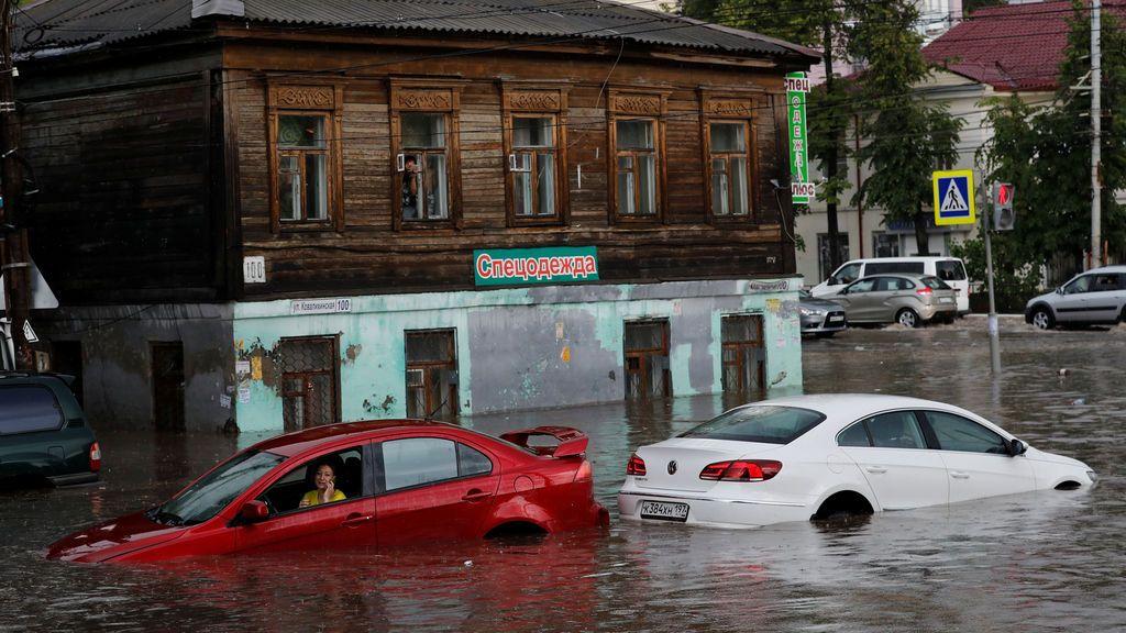 Una mujer, atrapada durante una inundación en Rusia