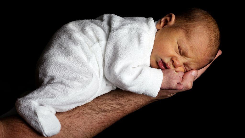 Un bebé de dos meses muere sobre el pecho de su padre mientras dormían