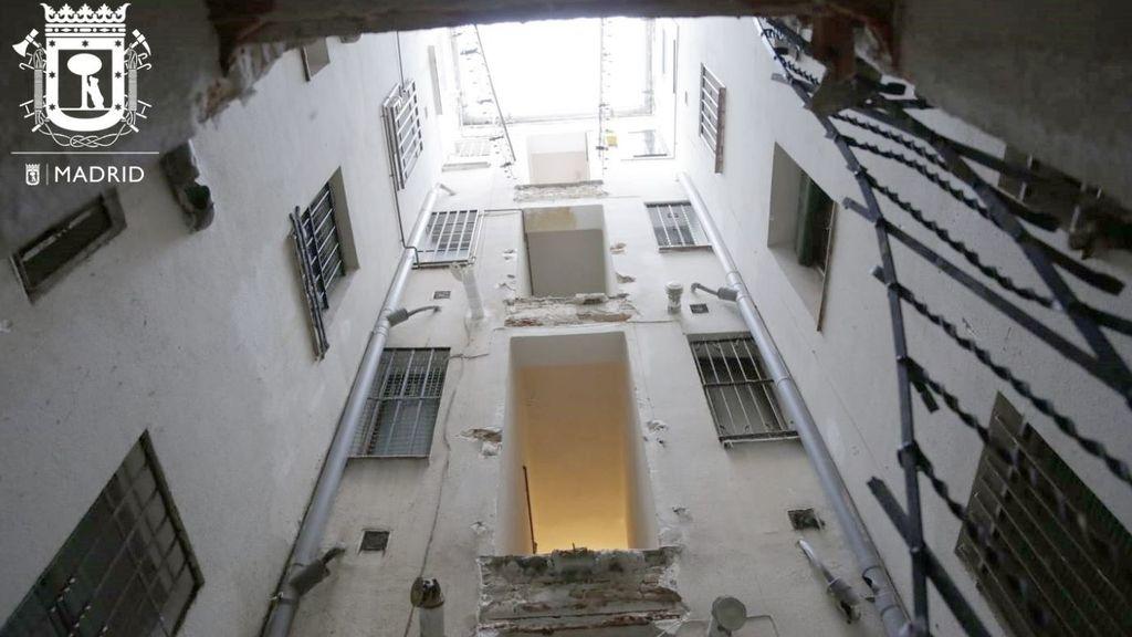 Se derrumban las pasarelas de una corrala en Chamberí y cinco vecinos están confinados en sus casas