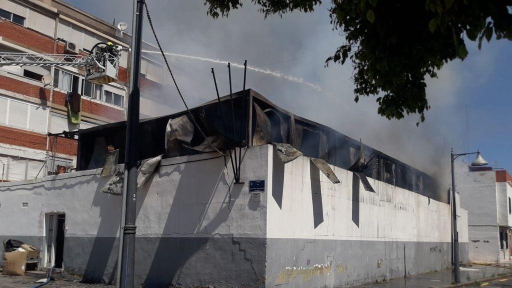 Desalojan un colegio en Valencia por el incendio en una casa prefabricada cercana