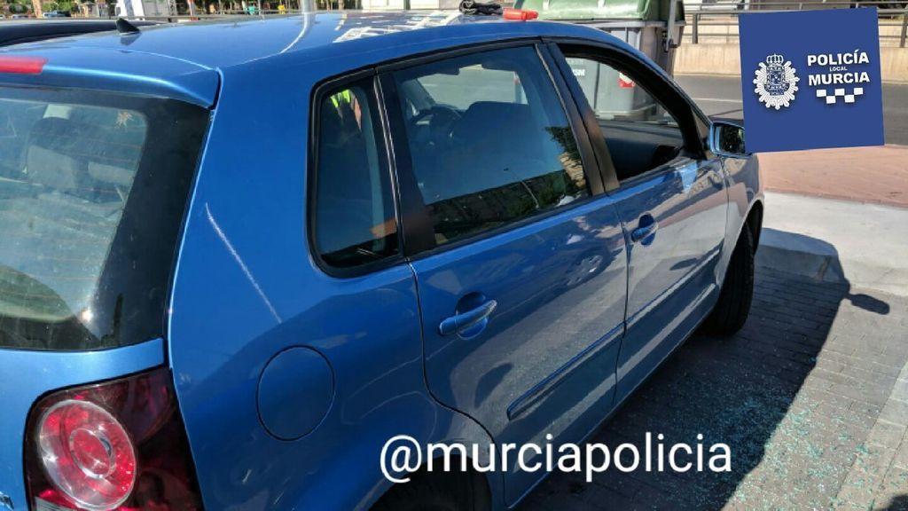 Un bebé se queda encerrado dentro de un coche y la Policía Local de Murcia lo libera