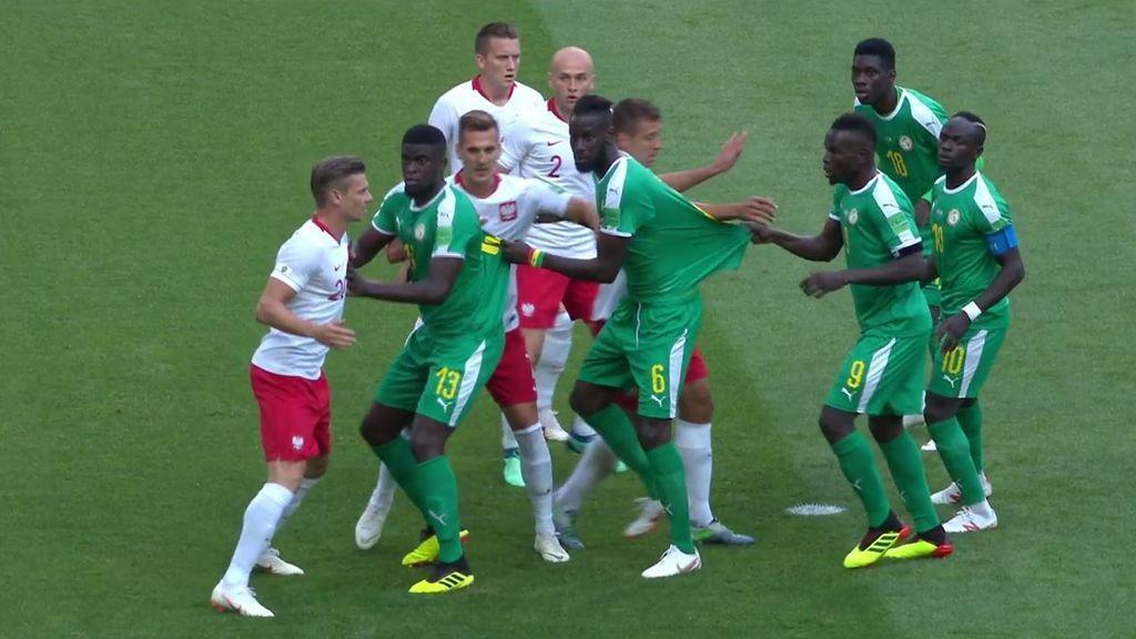 Agarrarse entre ellos para confundir al árbitro: la ingeniosa estrategia de Senegal para conseguir un penalti