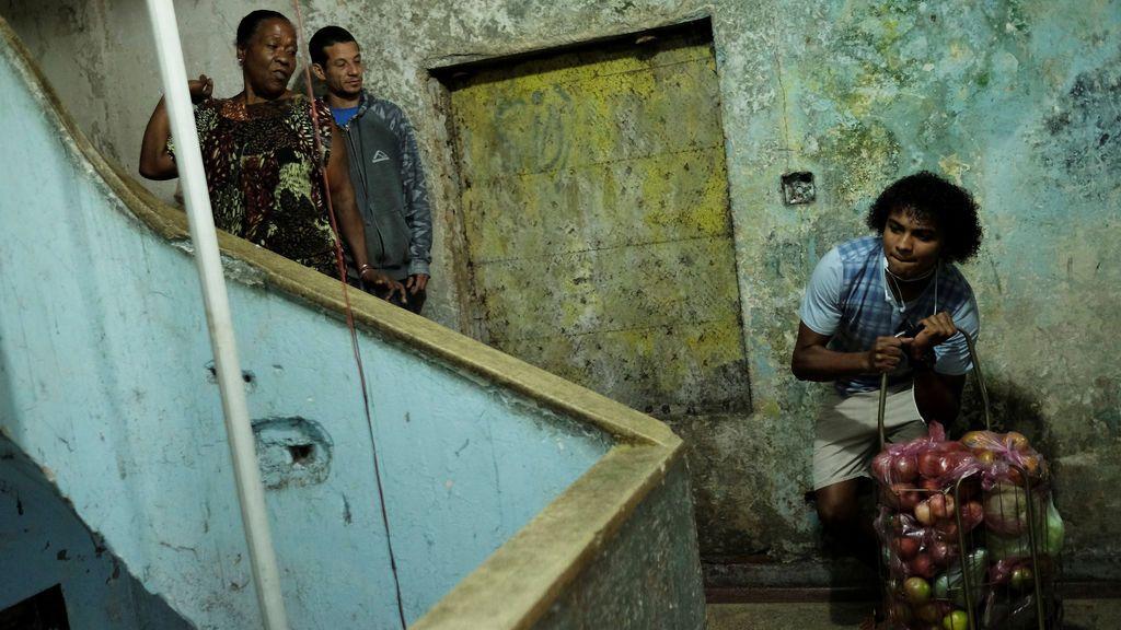 Un joven okupa, en una fábrica textil abandonada