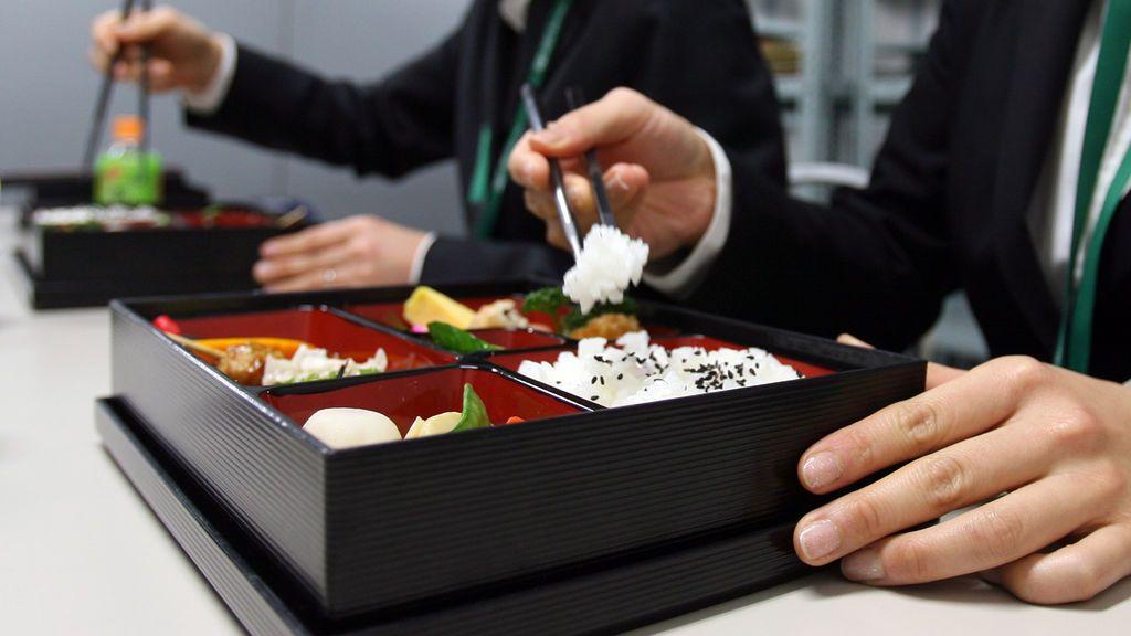 Multan y reprenden a un funcionario japonés por iniciar su pausa para comer tres minutos antes