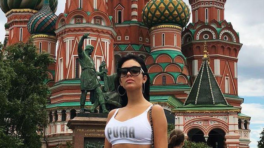 Luciendo vientre plano, sortija y desafiando a sus haters: Georgina siembra la polémica en Moscú