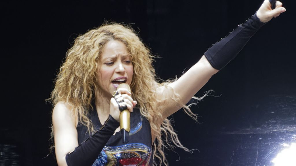 Claves para entender la polémica del sol negro, el símbolo de Shakira que usaron los nazis