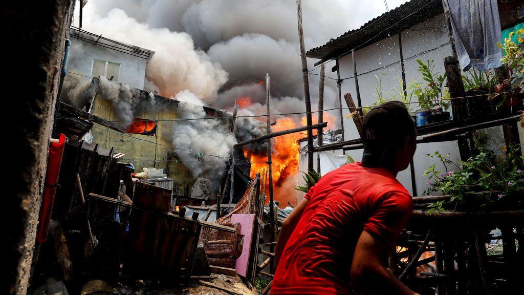 Un hombre intenta apagar un incendio