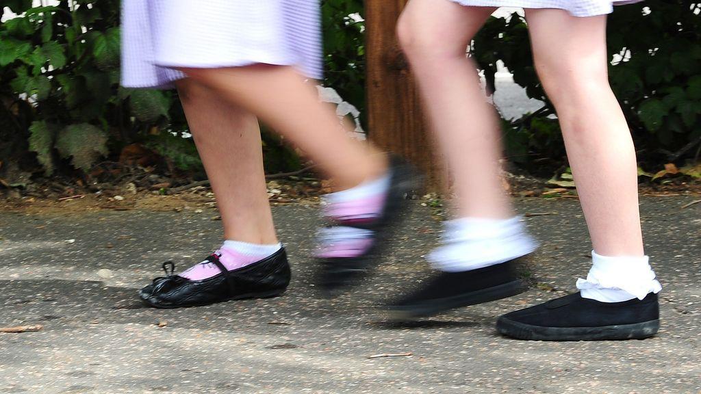 Un colegio castiga a una niña por no llevar pantalones cortos debajo del vestido