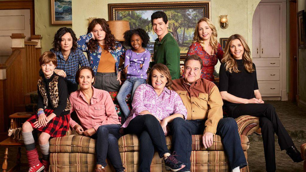 De izquierda a derecha, en el sofá, Ames McNamara, Laurie Metcalf,  Roseanne Barr, John Goodman y Sarah Chalke, y de pie, Sara Gilbert, Emma Kenney, Jayden Rey, Michael Fishman y Lecy Goranson, actores principales de 'Roseanne'.