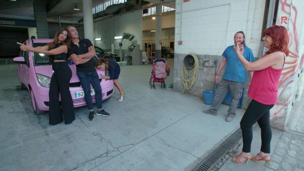 ¡Re-ga-la-zo! Raquel recibe la sorpresa de su vida por sus 25 años de matrimonio: ¡Un coche rosa!