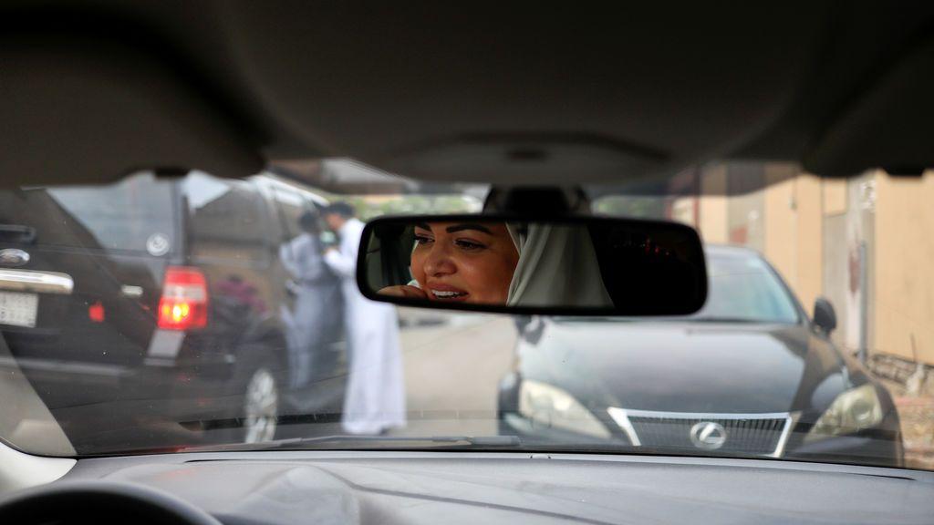 Las mujeres ya pueden conducir legalmente en Arabia Saudí