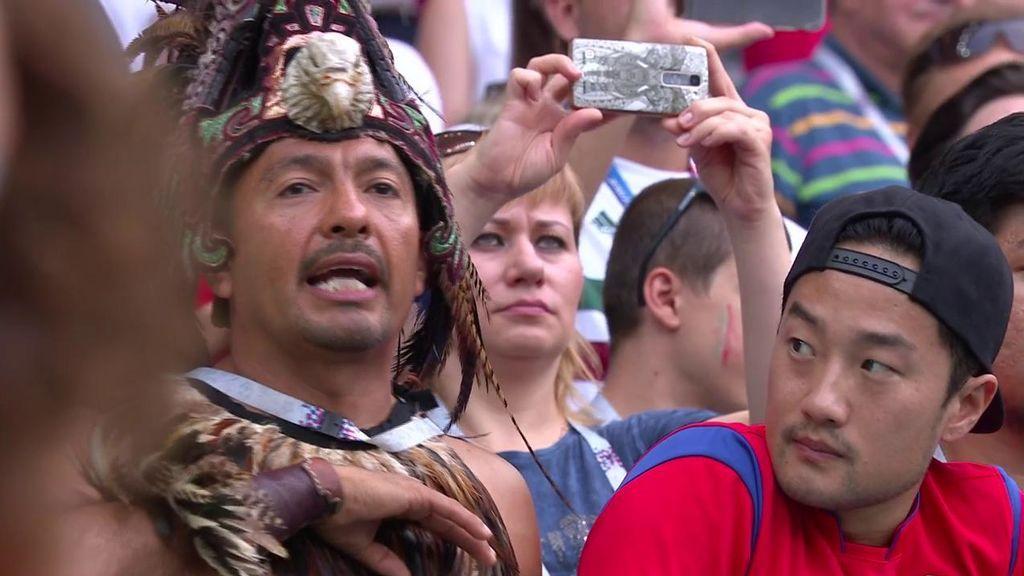 Un aficionado asiático alucina con la pasión mexicana por su himno antes de jugar contra Corea del Sur