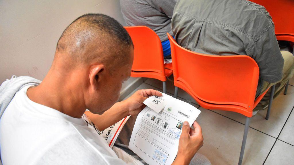 Salvadoreños deportados de Estados Unidos, a la espera de su identificación